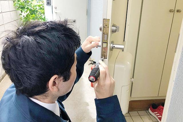 鍵の交換・修理をするアンロックのスタッフ